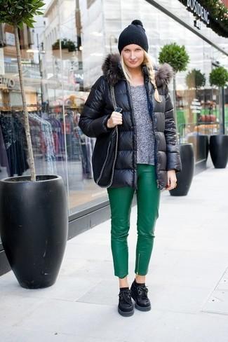 Come indossare: piumino nero, maglione girocollo grigio, pantaloni skinny in pelle verdi, scarpe oxford in pelle scamosciata pesanti nere