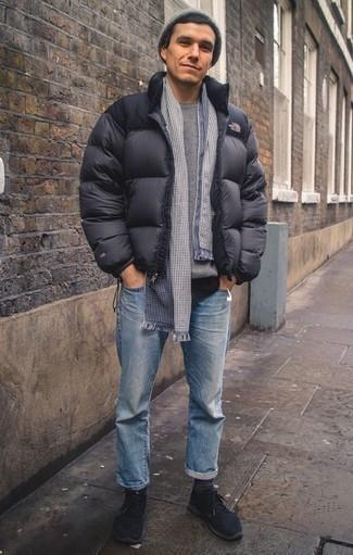 Come indossare e abbinare calzini grigio scuro: Indossa un piumino grigio scuro con calzini grigio scuro per un look perfetto per il weekend. Questo outfit si abbina perfettamente a un paio di scarpe sportive nere.