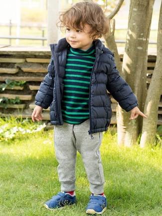 Come indossare: piumino blu scuro, maglione a righe orizzontali blu scuro, pantaloni sportivi grigi, sneakers blu