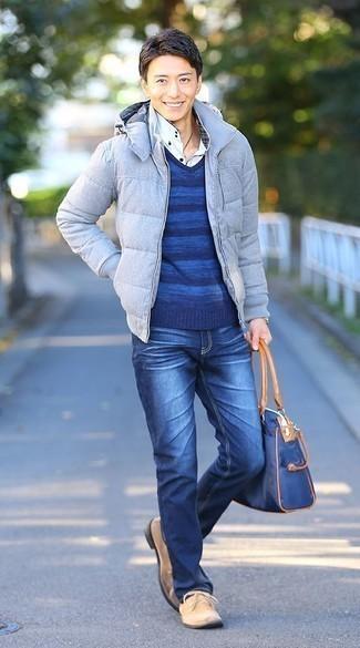 Come indossare e abbinare una borsa shopping di tela blu scuro: Potresti combinare un piumino azzurro con una borsa shopping di tela blu scuro per un outfit rilassato ma alla moda. Scegli un paio di chukka in pelle scamosciata beige come calzature per dare un tocco classico al completo.