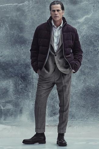Trend da uomo 2020 quando fa gelo: Indossa un piumino melanzana scuro con un abito di lana scozzese grigio per un look elegante e di classe. Prova con un paio di stivali casual in pelle neri per un tocco più rilassato.
