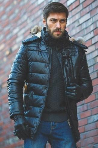 Come indossare: piumino nero, dolcevita nero, jeans blu, guanti in pelle neri