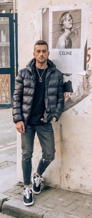 Come indossare: piumino nero, t-shirt girocollo nera, jeans strappati grigio scuro, sneakers alte nere e bianche