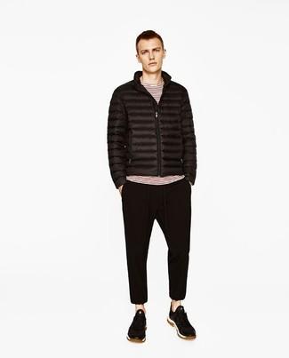 Come indossare: piumino nero, t-shirt manica lunga a righe orizzontali bianca e rossa, pantaloni sportivi neri, sneakers basse in pelle scamosciata nere