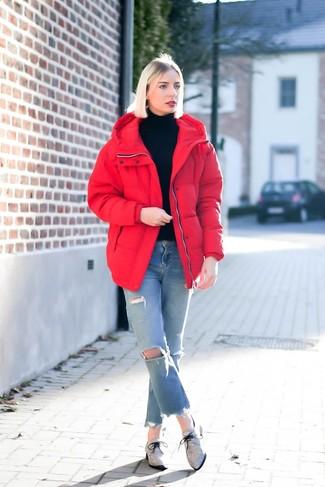 Come indossare e abbinare jeans strappati azzurri: Metti un piumino rosso e jeans strappati azzurri per un fantastico look da sfoggiare nel weekend. Sfodera il gusto per le calzature di lusso e scegli un paio di scarpe oxford di tela grigie.