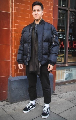 Come indossare e abbinare un piumino blu scuro: Combina un piumino blu scuro con chino neri se cerchi uno stile ordinato e alla moda. Per un look più rilassato, calza un paio di sneakers basse di tela nere e bianche.