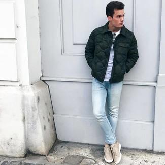 Come indossare e abbinare: piumino verde scuro, t-shirt girocollo bianca, jeans aderenti azzurri, sneakers basse in pelle beige