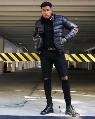 Come indossare e abbinare jeans aderenti strappati neri: Vestiti con un piumino blu scuro e jeans aderenti strappati neri per una sensazione di semplicità e spensieratezza. Completa questo look con un paio di sneakers alte in pelle nere.