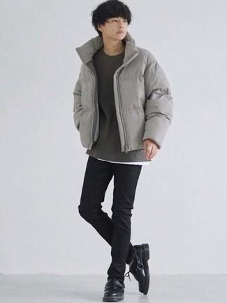 Moda ragazzo adolescente: Punta su un piumino grigio e jeans aderenti neri per vestirti casual. Scegli un paio di scarpe derby in pelle nere come calzature per un tocco virile.