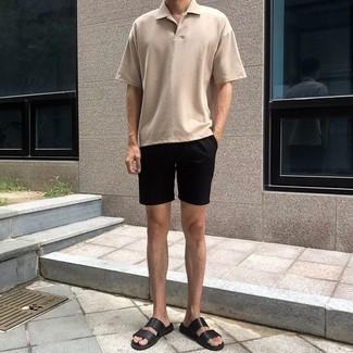 Trend da uomo 2020: Vestiti con un polo beige e pantaloncini neri per affrontare con facilità la tua giornata. Per distinguerti dagli altri, mettiti un paio di sandali in pelle neri.