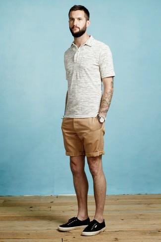 Come indossare e abbinare: polo a righe orizzontali bianco, pantaloncini marrone chiaro, sneakers basse di tela nere, orologio di tela grigio scuro
