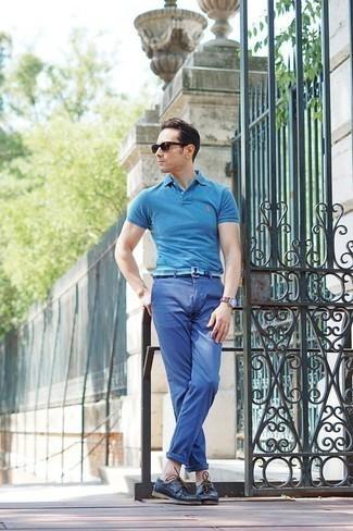 Trend da uomo 2020: Opta per un polo acqua e chino blu per un look raffinato per il tempo libero. Scarpe da barca in pelle blu scuro sono una validissima scelta per completare il look.