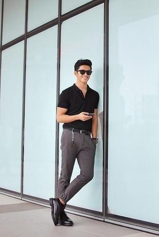 Come indossare e abbinare un polo nero: Combina un polo nero con chino grigi per un look spensierato e alla moda. Prova con un paio di scarpe derby in pelle nere per dare un tocco classico al completo.