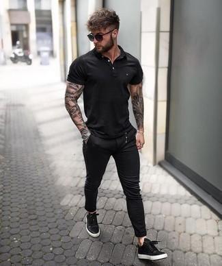 Come indossare e abbinare un polo nero: Abbina un polo nero con chino neri per un look raffinato per il tempo libero. Perfeziona questo look con un paio di sneakers basse in pelle nere.