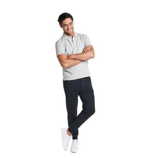 Come indossare e abbinare: polo grigio, pantaloni sportivi neri, sneakers basse in pelle bianche