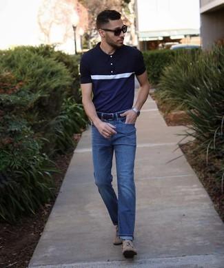 Trend da uomo 2021: Scegli un polo blu scuro e bianco e jeans blu scuro per un look spensierato e alla moda. Opta per un paio di mocassini con nappine in pelle scamosciata marrone chiaro per dare un tocco classico al completo.