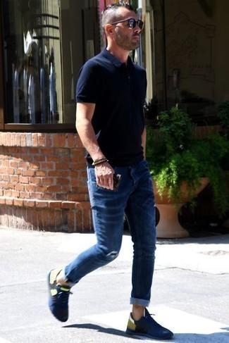 Trend da uomo 2021 quando fa molto caldo: Metti un polo blu scuro e jeans strappati blu scuro per un outfit rilassato ma alla moda. Scarpe sportive blu scuro sono una gradevolissima scelta per completare il look.