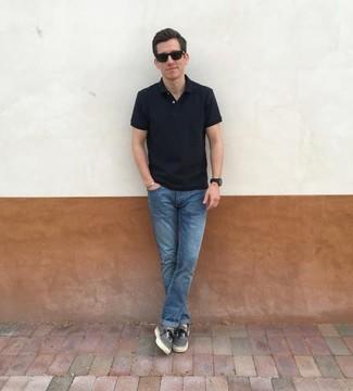 Come indossare e abbinare: polo nero, jeans blu, sneakers basse di tela grigie, occhiali da sole neri