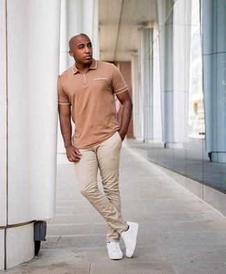 Come indossare e abbinare chino beige: Prova ad abbinare un polo marrone chiaro con chino beige per vestirti casual. Sneakers basse di tela bianche sono una splendida scelta per completare il look.