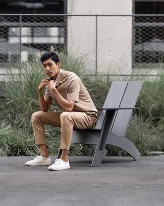Come indossare e abbinare sneakers basse in pelle bianche: Indossa un polo marrone chiaro e chino marrone chiaro per un look semplice, da indossare ogni giorno. Sneakers basse in pelle bianche sono una eccellente scelta per completare il look.