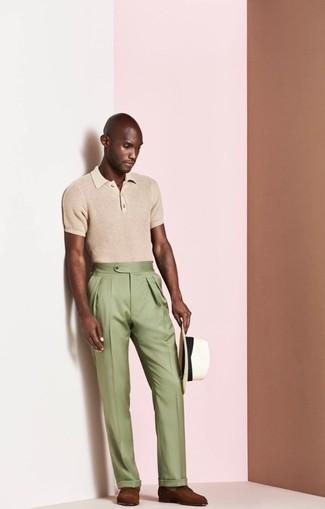 Come indossare e abbinare: polo marrone chiaro, pantaloni eleganti verde oliva, mocassini eleganti in pelle marroni, borsalino di paglia bianco
