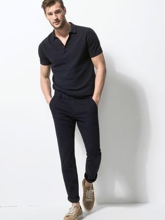Come indossare e abbinare un polo nero: Potresti indossare un polo nero e chino neri per un look spensierato e alla moda. Completa questo look con un paio di sneakers basse di tela marrone chiaro.