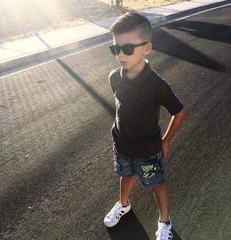 Come indossare: polo nero, pantaloncini di jeans blu, sneakers bianche
