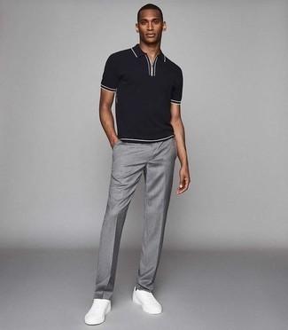 Come indossare e abbinare un polo nero: Indossa un polo nero con pantaloni eleganti grigi per un look da sfoggiare sul lavoro. Se non vuoi essere troppo formale, prova con un paio di sneakers basse in pelle bianche.