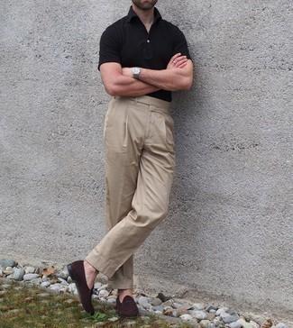 Come indossare e abbinare un polo nero: Abbina un polo nero con pantaloni eleganti marrone chiaro se preferisci uno stile ordinato e alla moda. Scegli un paio di mocassini eleganti in pelle scamosciata marrone scuro come calzature per mettere in mostra il tuo gusto per le scarpe di alta moda.