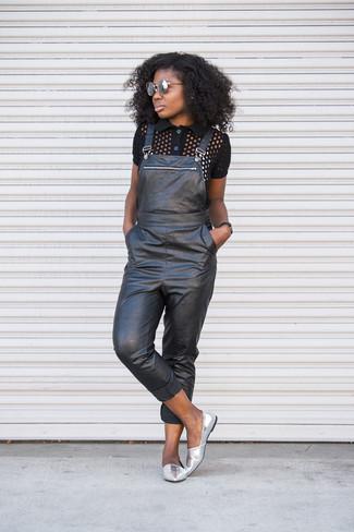 Come indossare: polo nero, salopette in pelle nera, mocassini eleganti in pelle argento, occhiali da sole grigi