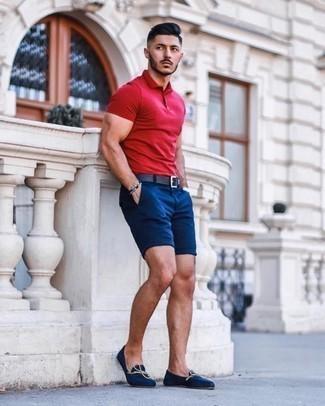 Come indossare e abbinare pantaloncini blu scuro: Coniuga un polo rosso con pantaloncini blu scuro per un outfit comodo ma studiato con cura. Scegli uno stile classico per le calzature e scegli un paio di mocassini eleganti di tela blu scuro come calzature.