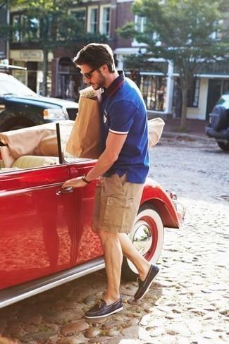Come indossare e abbinare pantaloncini marrone chiaro: Coniuga un polo blu con pantaloncini marrone chiaro per un look raffinato per il tempo libero. Scarpe da barca in pelle blu scuro sono una valida scelta per completare il look.