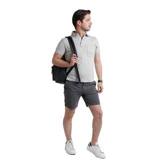 Come indossare e abbinare: polo grigio, pantaloncini grigio scuro, sneakers basse in pelle bianche, zaino in pelle nero