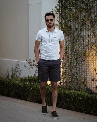 Trend da uomo 2021: Per un outfit quotidiano pieno di carattere e personalità, potresti combinare un polo bianco con pantaloncini blu scuro. Sneakers senza lacci di tela nere sono una gradevolissima scelta per completare il look.