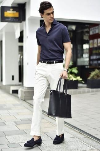 Come indossare e abbinare mocassini con nappine in pelle scamosciata blu scuro: L'abbinamento di un polo blu scuro con pantaloni eleganti bianchi è una scelta perfetta per una giornata in ufficio. Per le calzature, scegli lo stile classico con un paio di mocassini con nappine in pelle scamosciata blu scuro.