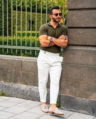 Come indossare e abbinare pantaloni eleganti bianchi: Scegli un polo verde oliva e pantaloni eleganti bianchi per un drink dopo il lavoro. Scegli uno stile classico per le calzature e scegli un paio di mocassini con nappine in pelle scamosciata beige.