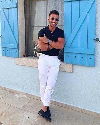 Come indossare e abbinare pantaloni eleganti bianchi: Potresti abbinare un polo blu scuro con pantaloni eleganti bianchi per creare un look smart casual. Sfodera il gusto per le calzature di lusso e scegli un paio di mocassini con nappine in pelle scamosciata blu scuro.