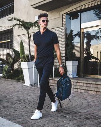 Come indossare e abbinare: polo nero, pantaloni eleganti a righe verticali neri, sneakers basse in pelle bianche, zaino di tela foglia di tè