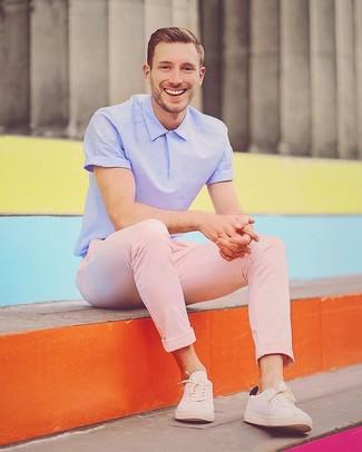 Come indossare: polo viola chiaro, chino rosa, sneakers basse beige