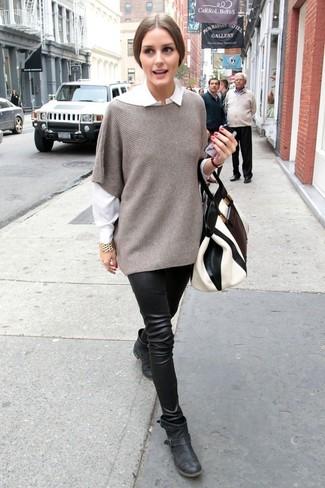 Come indossare: poncho grigio, camicia elegante bianca, leggings in pelle neri, stivaletti in pelle neri