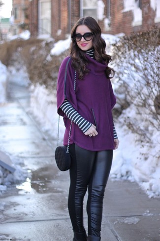 Come indossare e abbinare: poncho viola melanzana, dolcevita a righe orizzontali bianco e nero, leggings in pelle neri, stivaletti in pelle neri