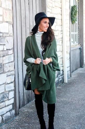 Come indossare e abbinare: poncho verde scuro, dolcevita a righe orizzontali bianco e nero, stivali sopra il ginocchio in pelle scamosciata neri, borsa a tracolla in pelle nera