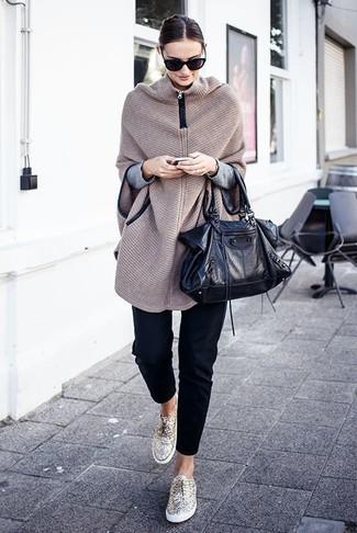 Come indossare: poncho lavorato a maglia beige, maglione girocollo grigio, pantaloni skinny neri, sneakers basse dorate