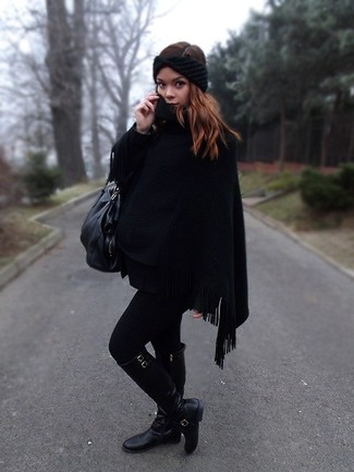 Come indossare: poncho nero, stivali al ginocchio in pelle neri, borsa shopping in pelle nera, cerchietto lavorato a maglia nero