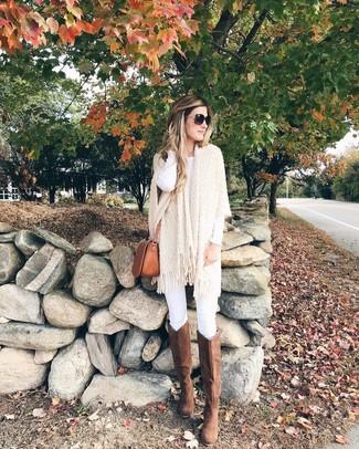 Come indossare e abbinare stivali al ginocchio in pelle scamosciata marroni: Metti un poncho lavorato a maglia beige e jeans aderenti bianchi per essere casual. Perché non aggiungere un paio di stivali al ginocchio in pelle scamosciata marroni per un tocco di stile in più?