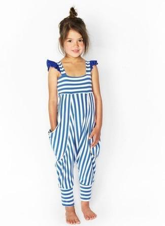 Come indossare: salopette a righe orizzontali bianca e blu