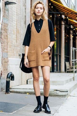 Come indossare: scamiciato lavorato a maglia marrone chiaro, camicia a maniche corte di jeans nera, mocassini eleganti in pelle neri, borsa a secchiello in pelle scamosciata nera