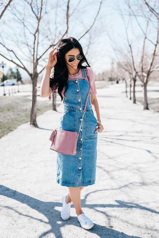 Come indossare: scamiciato di jeans blu, t-shirt girocollo rosa, sneakers basse di tela bianche, borsa a tracolla in pelle rosa