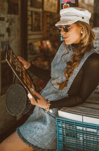 Come indossare e abbinare: scamiciato di tweed grigio, t-shirt manica lunga in rete nera, borsa shopping di paglia nera, coppola bianca