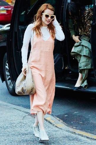 Come indossare e abbinare: scamiciato rosa, t-shirt manica lunga bianca, stivaletti in pelle grigi, borsa a secchiello a fiori beige